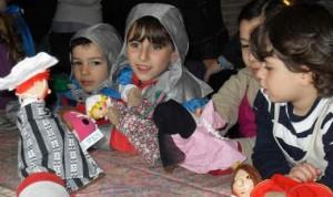 all'agriturismo durante il soggiorno di Pasqua per bambini e famiglie gli ospiti partecipano ad attività di animazione, qui coi burattini si rievoca l'episodio di San Francesco e il lupo di Gubbio