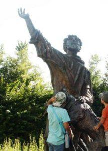 la statua di San francesco conn il lupo di Gubbio